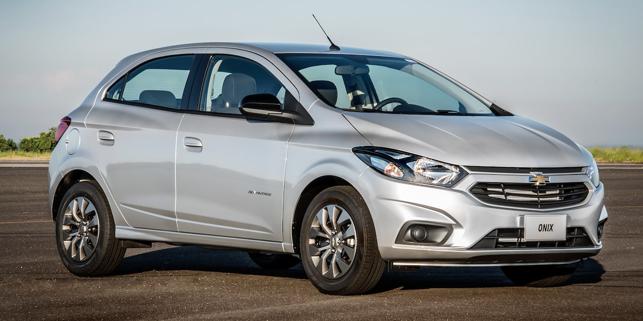 Novo hatch Chevrolet Onix Advantage 2019 Prata Switchblade